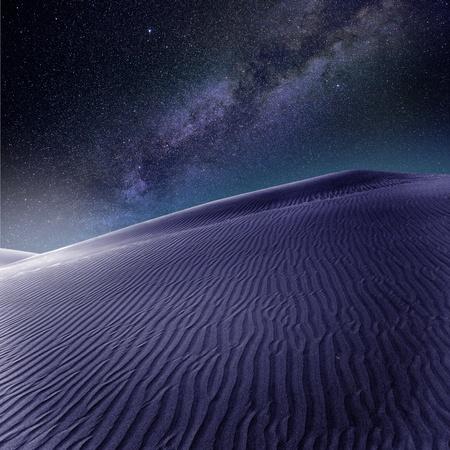 melkachtig: Woestijn zandduinen in Maspalomas nacht melkweg sterren in Gran Canaria photomount Stockfoto