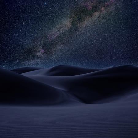 noche estrellada: Dunas en el desierto en la v�a l�ctea estrellas del cielo nocturno foto montaje Foto de archivo