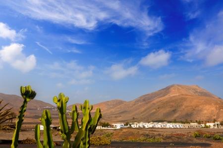 Lanzarote Yaiza village blanc de cactus et de montagnes à Îles Canaries Banque d'images