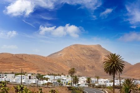 lanzarote: Lanzarote Yaiza witte huizen dorp onder vulkanische bergen van Canarische Eilanden Stockfoto