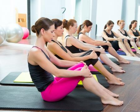 pilate: A�robie Pilates femme entra�neur personnel � la classe groupe gym dans une rang�e Banque d'images