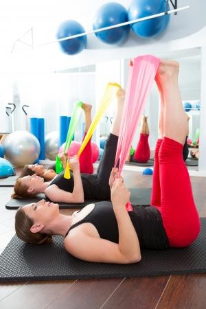 pilates: A�robic Pilates groupe de femmes avec des bandes de caoutchouc dans une rang�e � la salle de fitness