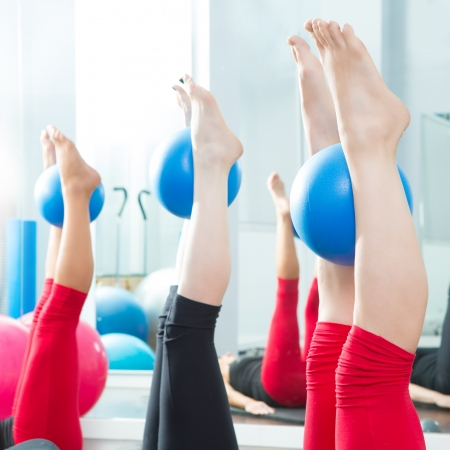 pies sexis: Aerobic Pilates mujeres pies con bolas de yoga en una fila en clase de gimnasia Foto de archivo