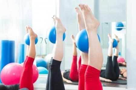 pied fille: Aérobic Pilates pieds féminins avec des ballons de yoga dans une rangée sur la classe de remise en forme