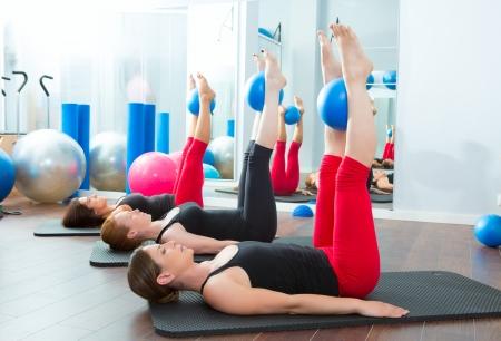 Aerobic Pilates Frauen mit Yoga-Kugeln in einer Reihe auf Fitness-Klasse