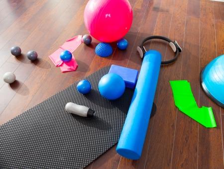 Aerobic Pilates mat cosas como bolas de rodillos bandas de goma magia de llamada del piso de madera