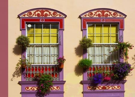 casa colonial: Santa Cruz de La Palma calle colonial de las casas fachadas en Canarias Foto de archivo