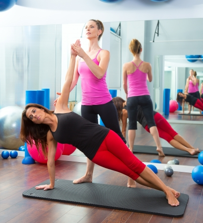 instructeur: Aerobic Pilates personal trainer instructeur bij vrouwen gym fitness-klasse