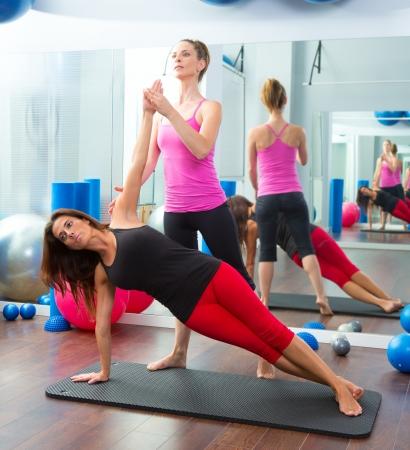 Aerobic Pilates personal trainer instructeur bij vrouwen gym fitness-klasse Stockfoto