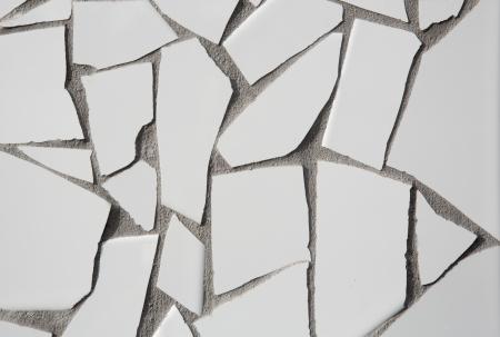 trencadis: trencadis blanco mosaico de azulejos rotos en el Mediterr�neo con las juntas de cemento gris Foto de archivo