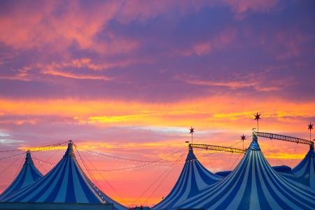 fondo de circo: Circo carpa en un espectacular cielo azul colorido atardecer naranja con luces Foto de archivo