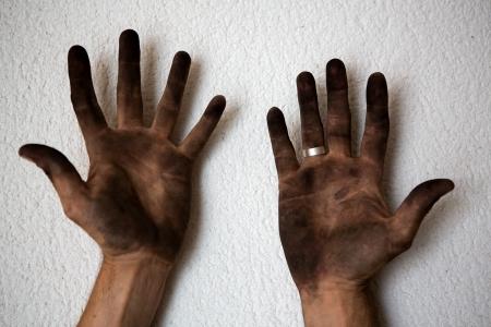 manos sucias: negras sucias manos del hombre abre las palmas en el fondo blanco Foto de archivo