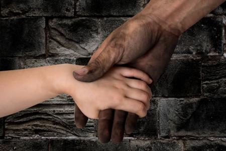 hombre sucio: negras sucias manos del hombre la celebraci�n concepto cabrito mano limpia Foto de archivo