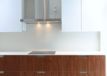 Moderne witte keuken perspectief met geïntegreerde bank wastafel