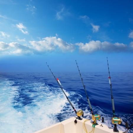 bateau de pêche à la traîne dans l'océan bleu profond au large des côtes de la mer Méditerranée