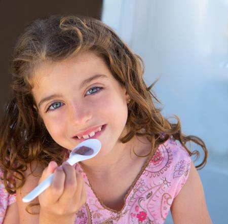 niños desayunando: Ojos azules chica chico desayunando con el retrato de cuchara Foto de archivo
