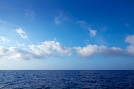 wzburzone morze: chmury cumulus w błękitne niebo nad horyzontem ocean wody