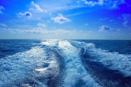 despertarse: Estela del barco prop r�pido lavado de espuma en el cielo azul en Mediterr�neo