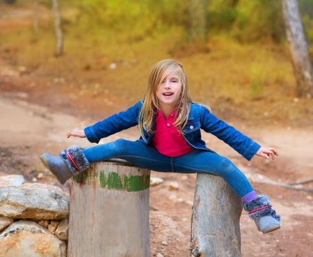 gambe aperte: Aperto bambini gambe giocando ragazza o tronchi d'albero a foresta all'aperto
