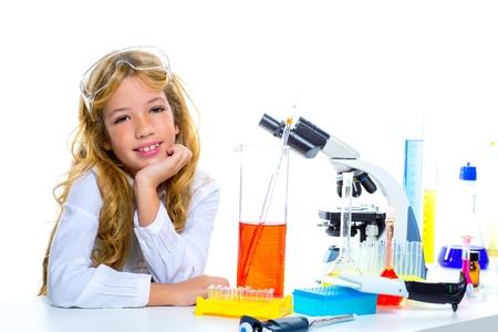 examenes de laboratorio: Estudiante muchacha de los niños en el laboratorio de química chico en la escuela en blanco Foto de archivo