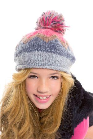 Kid Mädchen mit Winter Wollmütze glücklich lächelnd auf weißem Hintergrund