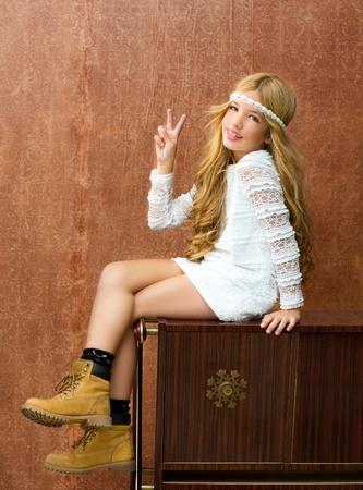 Blond Kinder Mädchen retro 70er mit Vintage-Möbel aus Holz und Hintergrund Standard-Bild