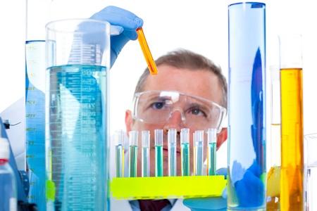 laboratorio clinico: laboratorio cient�fico que trabaja en laboratorio con tubos de ensayo en la investigaci�n qu�mica Foto de archivo