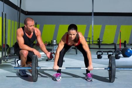 Fitness personal trainer Mann mit Gewichtheben bar workout in crossfit Übung