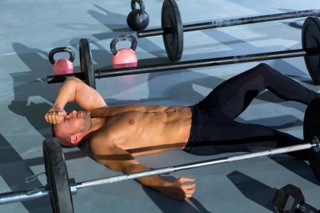 agotado: crossfit hombre cansado se relaj� tras el entrenamiento de ejercicio