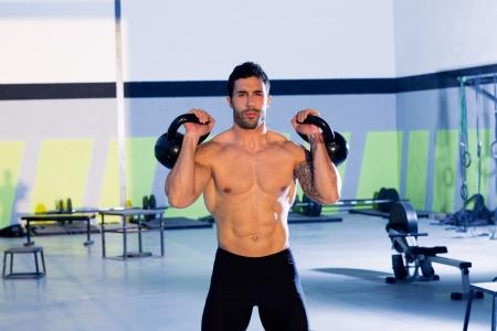 levantamiento de pesas: Hombre Crossfit levantamiento de pesas rusas sesi�n de ejercicio en el gimnasio Foto de archivo