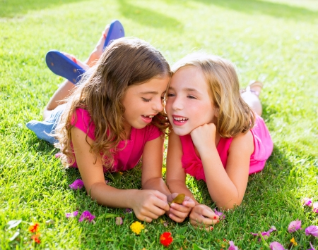 Kinder Freund Mädchen spielen Flüstern auf gras in Urlaub