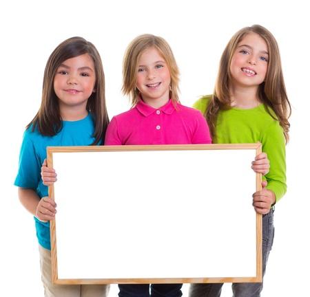 niños con pancarta: niños niñas del grupo cabrito celebración en blanco espacio en blanco copia tablero