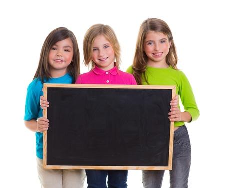 bambini capretto ragazze del gruppo che tiene in bianco copia spazio lavagna su sfondo bianco photo
