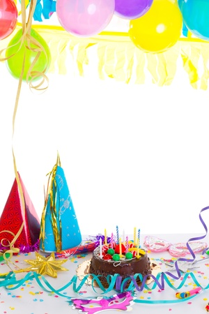 globos de cumpleaños: Los niños la fiesta de cumpleaños con pastel de chocolate serpentina confeti y globos guirnalda