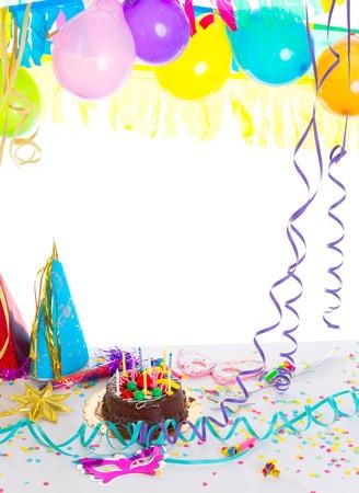 velas de cumpleaños: Los niños la fiesta de cumpleaños con pastel de chocolate serpentina confeti y globos guirnalda