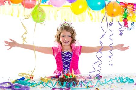 corona de princesa: ni�o chico corona de la princesa en el gesto de la fiesta de cumplea�os feliz y tarta de chocolate