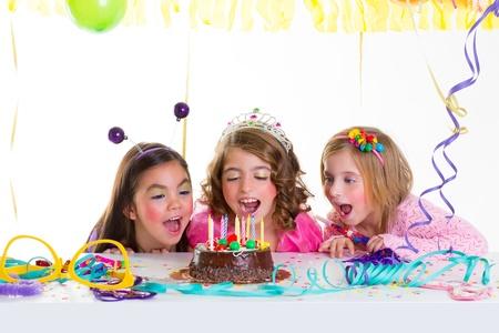 coronas de princesa: ni�o ni�os ni�as fiesta de cumplea�os de chocolate mirando emocionado torta velas