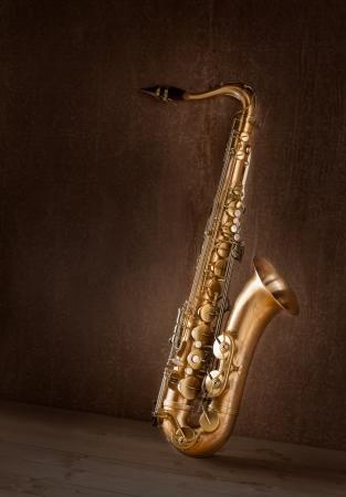 saxofon: Sax oro saxofón tenor en fondo retro vintage