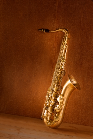 Sax oro saxof�n tenor en fondo retro vintage photo