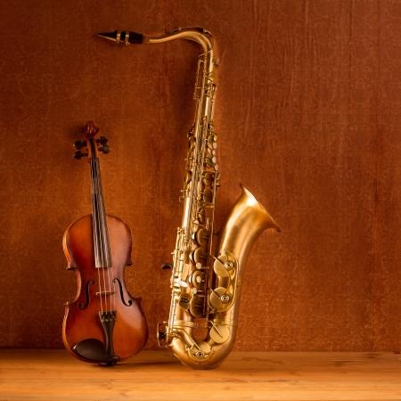 chiave di violino: Di musica classica Sax sassofono tenore violino in vintage sfondo di legno