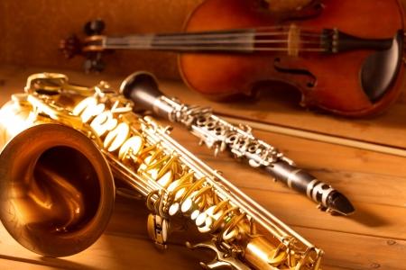 clarinete: M�sica cl�sica tenor saxof�n Sax viol�n y clarinete en el fondo de madera de la vendimia Foto de archivo