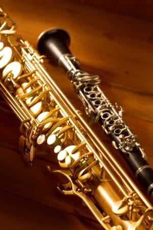 clarinete: Música clásica Sax saxo tenor y clarinete en el fondo de madera de la vendimia