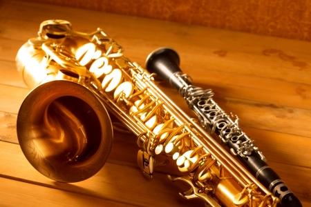 saxofon: Música clásica Sax saxo tenor y clarinete en el fondo de madera de la vendimia