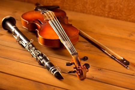 clarinete: Violín y clarinete música clásica en el fondo de madera de época Foto de archivo
