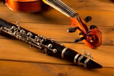 clarinet: Viol�n y clarinete m�sica cl�sica en el fondo de madera de �poca Foto de archivo