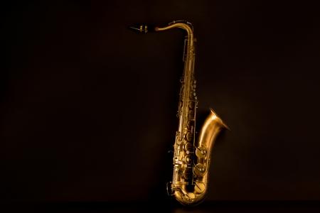 saxofon: Sax oro saxofón tenor en fondo negro
