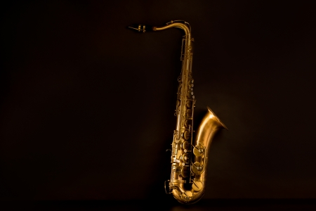 Sax oro saxof�n tenor en fondo negro photo