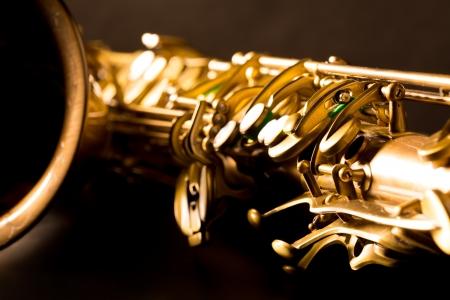saxofon: Tenor sax saxophone de oro macro con enfoque selectivo en negro