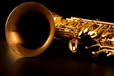 saxof�n: Tenor sax saxophone de oro macro con enfoque selectivo en negro