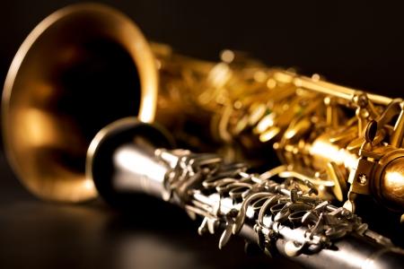 clarinete: Música clásica Sax saxo tenor y clarinete en fondo negro Foto de archivo